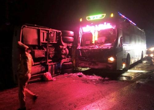 Ôtô khách đâm vào dải phân cách lật ngang gây tai nạn cho xe đi sau. Ảnh: Phạm Linh.