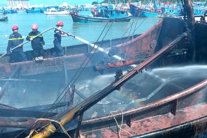 Tàu vỏ thép bốc cháy khi neo đậu tại cảng Nha Trang