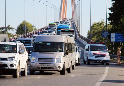 Cầu Rạch Miễu được phân luồng từ hai chiều thành một chiều vì lượng xe qua cầu quá đông hôm mùng 6 Tết. Ảnh: Hoàng Nam.