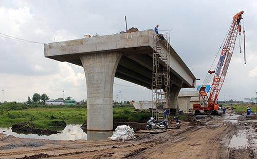Thi công nút giao thông Thân Cửu Nghĩa ở tỉnh Tiền Giang- điểm đầu cao tốc Trung Lương - Mỹ Thuận vào cuối năm 2018. Ảnh: Cửu Long