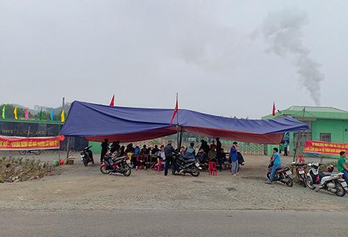 Người dân dựng rạp trước cổng nhà máy rác Phú Hà. Ảnh: Đ.H