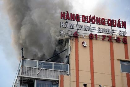Nóc cao ốc ở trung tâm Sài Gòn cháy ngùn ngụt