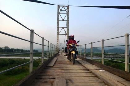 Nghệ An: Ảm ảnh mỗi lần phải qua cây cầu treo rệu rã