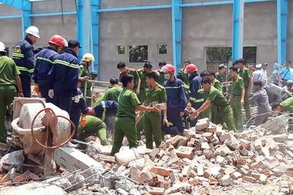 Sập công trình ở Vĩnh Long, 6 người chết