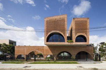 Kiến trúc độc đáo của ngôi nhà tích hợp quán cà phê làm từ gạch nung