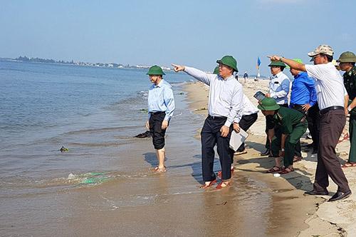 Ông Lê Trí Thanh - Phó chủ tịch Quảng Nam cùng đoàn công tácTổng cục phòng chống thiên tai khảo sát cồn cát. Ảnh: Đắc Thành.