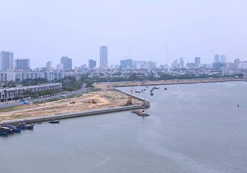 Hai dự án đang đồng loạt triển khai hạ tầng trước khi xây dựng nhà cửa. Ảnh: Nguyễn Đông.