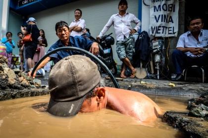 Những người dầm mình sửa ống nước ngầm ở Sài Gòn