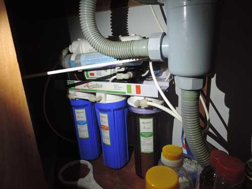 Bên cạnh hệ thống lọc thô nước sinh hoạt, gia đình ông Tuấn lắp thêm máy lọc nước để uống. Ông cho hay, lõi lọc nước ông phải thay thường xuyên vì nhiều cặn bẩn, tạp chất.