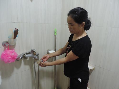 Để hạn chế cặn bẩn, bà Vui bọc vải tại các vòi nước ở nhà tắm, khu bếp.