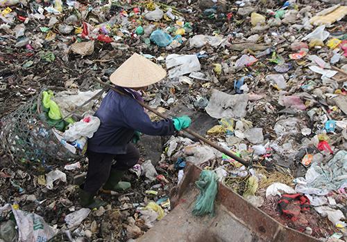 Một người mưu sinh tại bãi rác Khánh Sơn. Ảnh: Nguyễn Đông.