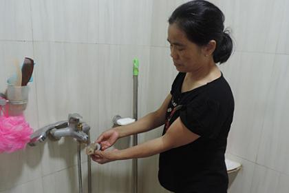 Người dân chung cư Hà Nội khổ sở vì nước sinh hoạt có màu vàng đục