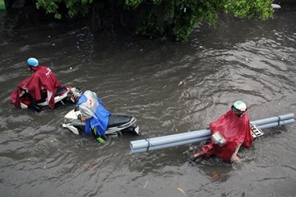 Sài Gòn tối sầm vì mưa lớn, nhiều đường ngập sâu