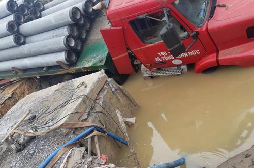 Chiếc container gặp nạn khi bị sa xuống nơi vỡ ống nước.