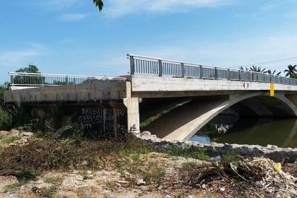 """Cầu 32 tỷ đồng """"lọt"""" giữa sông"""