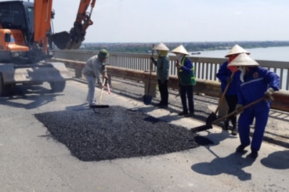 Sửa chữa hơn 1.800 m2 hư hỏng trên mặt cầu Thăng Long