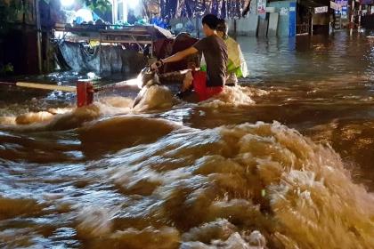 Hàng loạt xe máy bị sóng đánh ngã trên đường ngập ở Đồng Nai