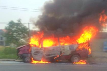 Ôtô 16 chỗ bốc cháy trên đường đi sửa chữa