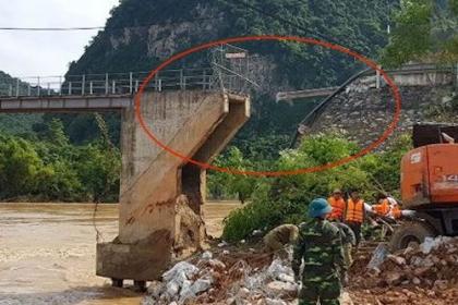 Nối tạm cầu treo ở Nghệ An bị lũ cuốn đứt