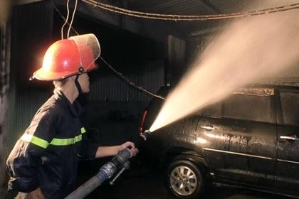 Cháy gara ở Đà Nẵng, nhiều ôtô bị thiêu rụi