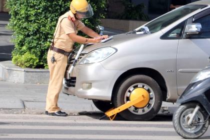 Hàng loạt ôtô bị khóa bánh ở Nha Trang vì vi phạm