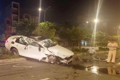 Ôtô Mercedes lật nhiều vòng trên đường Sài Gòn