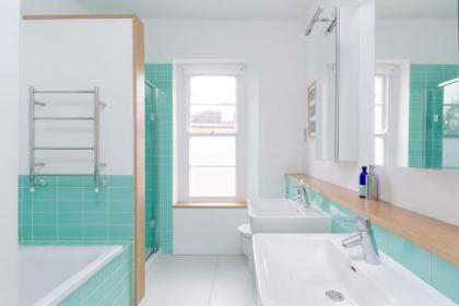 Top những mẫu phòng tắm cực đẹp khoác lên mình tông màu xanh ngọc lam