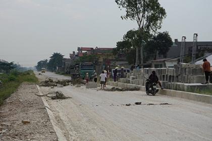 Người dân khiêng đá, cây gỗ chặn đường về khu du lịch ở Thanh Hóa