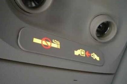 Hút thuốc gần động cơ máy bay, một khách bị phạt