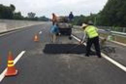 Khắc phục bong tróc cục bộ mặt đường tuyến cao tốc Đà Nẵng-Quảng Ngãi