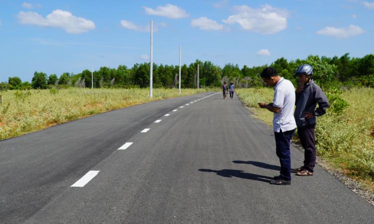 Một con đường nhựa trái phép trên khu đất nông nghiệp ở xã Thiện Nghiệp. Ảnh: Việt Quốc.