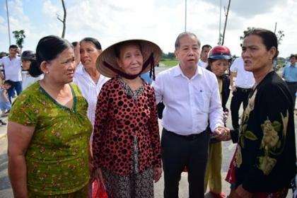 Chủ tịch Thừa Thiên Huế dẫn người dân tái định cư đi xem nơi ở mới