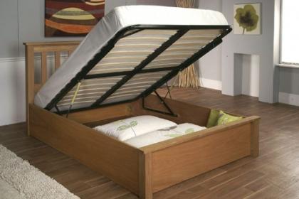 Phòng ngủ gọn gàng nhờ gầm giường chứa được cả kho đồ