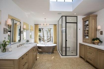 Phòng tắm đẹp hơn nhờ lắp khung đèn hiện đại