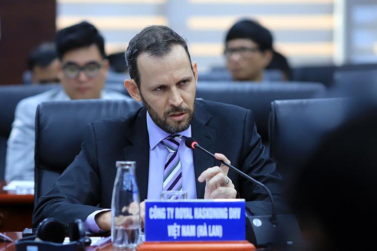 Ông Bas Van Dijk nêu ý kiến tại hội thảo. Ảnh: Nguyễn Đông.
