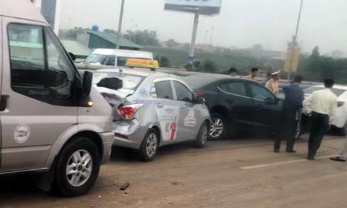 4 ôtô đâm liên tiếp do gặp đống đất đổ giữa đường. Ảnh: Sơn Dương
