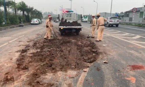 Bốn ôtô tông liên hoàn gần sân bay Nội Bài do đống đất đổ giữa đường
