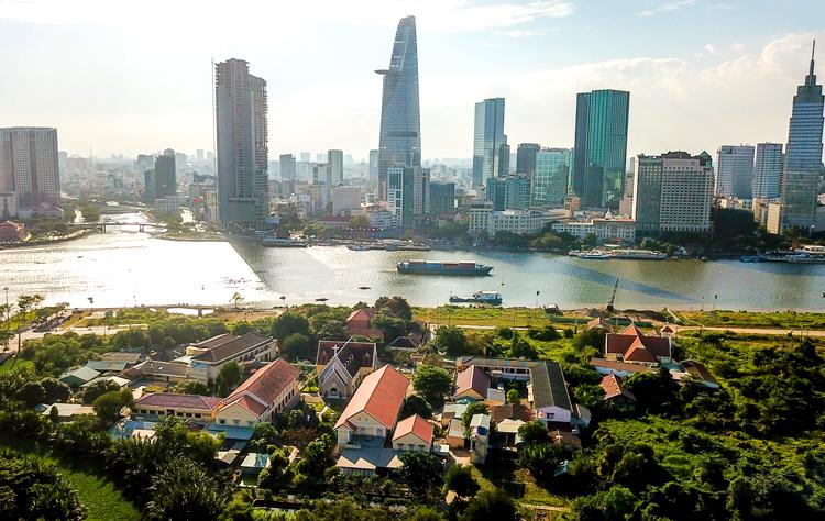 Quận 2 (bên này sông) có 3 phường bị giải tỏa trắng để xây Khu đô thị Thủ Thiêm. Ảnh: Như Quỳnh.