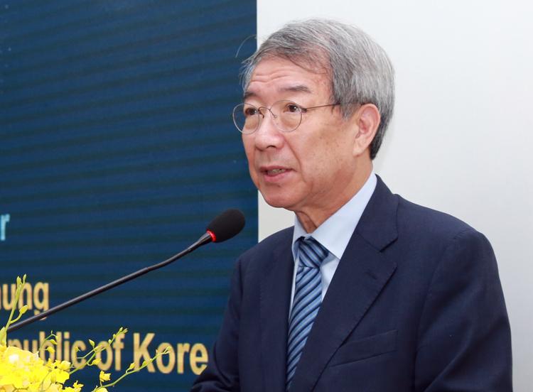 GS Chung Un-chan nói chuyện với gần 100 giảng viên Đại học Kinh tế TP HCM. Ảnh: Dương Trang.