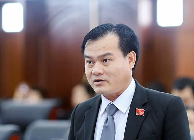Đại biểu Trần Tuấn Lợi đặt câu hỏi liên quan đến quản lý người nước ngoài. Ảnh: Nguyễn Đông.