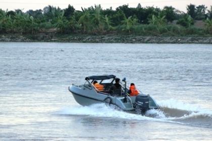 Thợ lặn tìm hai vợ chồng mất tích trên sông
