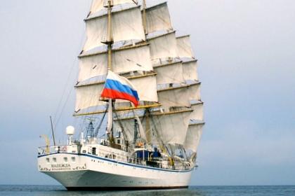 Cứu nạn hai nữ thuyền viên trên tàu huấn luyện Nga